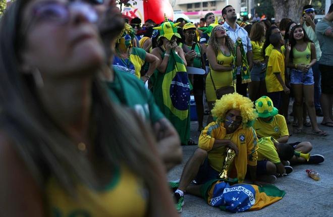 Co dong vien khong cam noi nuoc mat truoc that bai cua Brazil hinh anh 2