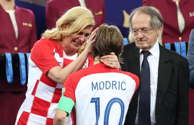 Nu Tong thong Croatia an ui Modric sau that bai o chung ket hinh anh