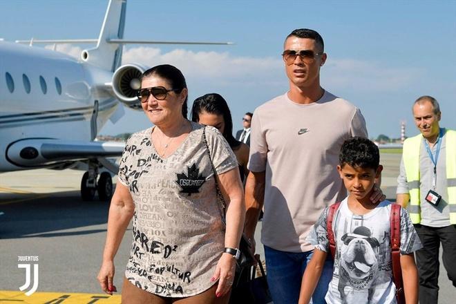Me Ronaldo buon vi con trai khong the tro ve Man Utd hinh anh 1