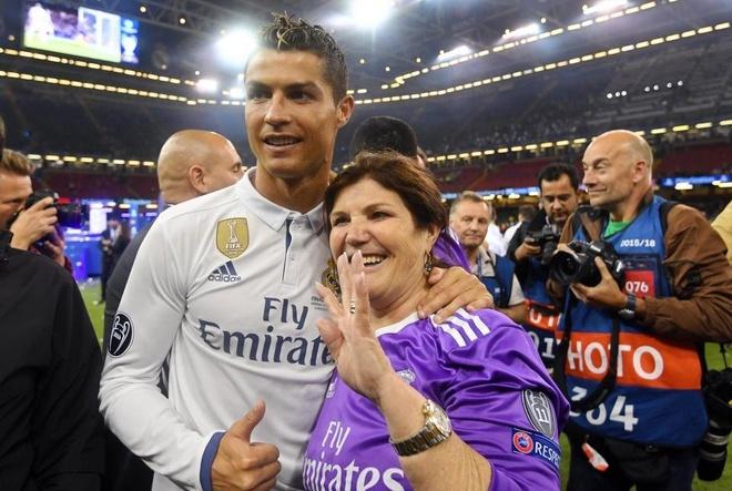 Me Ronaldo buon vi con trai khong the tro ve Man Utd hinh anh