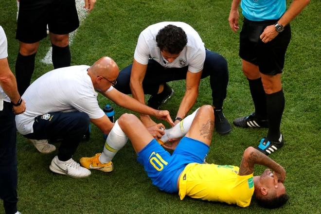 Neymar phan phao khi bi chi trich thuong xuyen an va tren san hinh anh 1