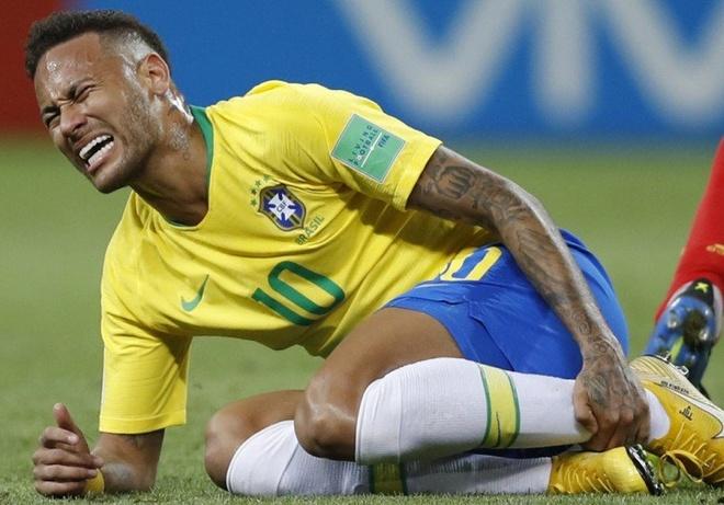 Neymar phan phao khi bi chi trich thuong xuyen an va tren san hinh anh