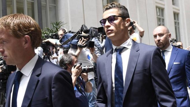 Ronaldo nhan an phat cho hanh vi tron thue hinh anh