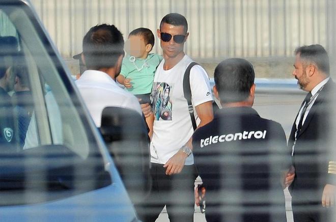 Ronaldo dap may bay xuong Turin, san sang cho buoi tap o Juve hinh anh