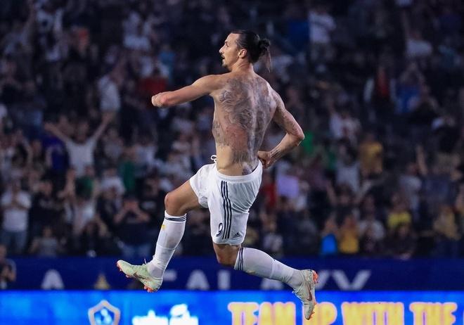 Ibrahimovic coi phang ao sau hat-trick loi nguoc dong cho LA Galaxy hinh anh