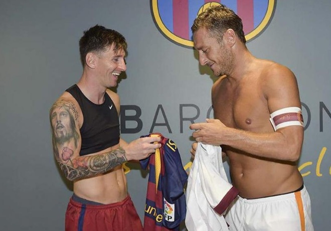 Neu Messi ve AS Roma, Totti se ra san bay don va trao ao so 10 hinh anh