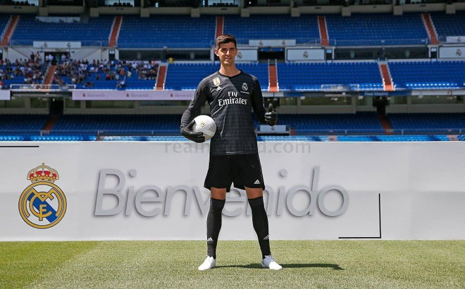 Courtois hon len logo Real Madrid trong ngay ra mat hinh anh 2