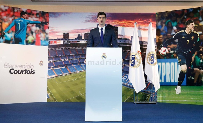 Courtois hon len logo Real Madrid trong ngay ra mat hinh anh 9