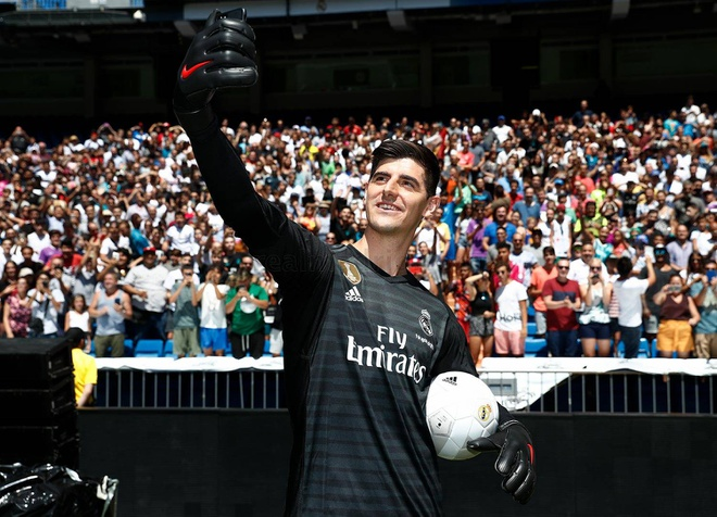 Courtois hon len logo Real Madrid trong ngay ra mat hinh anh 4
