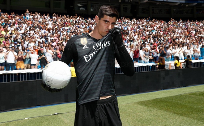 Courtois hon len logo Real Madrid trong ngay ra mat hinh anh 1