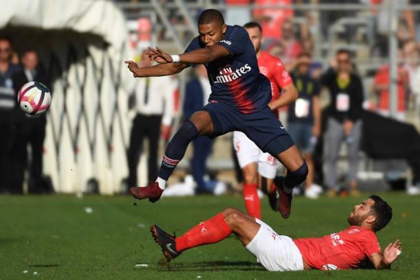 Xo nga doi thu, Mbappe nhan the do dau tien tai Ligue 1 hinh anh 1