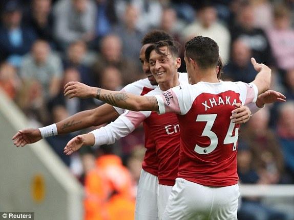 Mesut Oezil ghi ban trong tran thu 200 khoac ao Arsenal hinh anh
