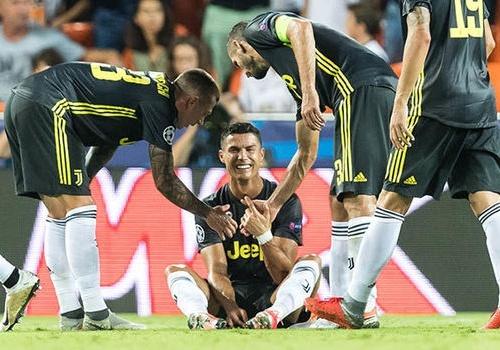 Sau the do cua Ronaldo, HLV Allegri doi Champions League ap dung VAR hinh anh