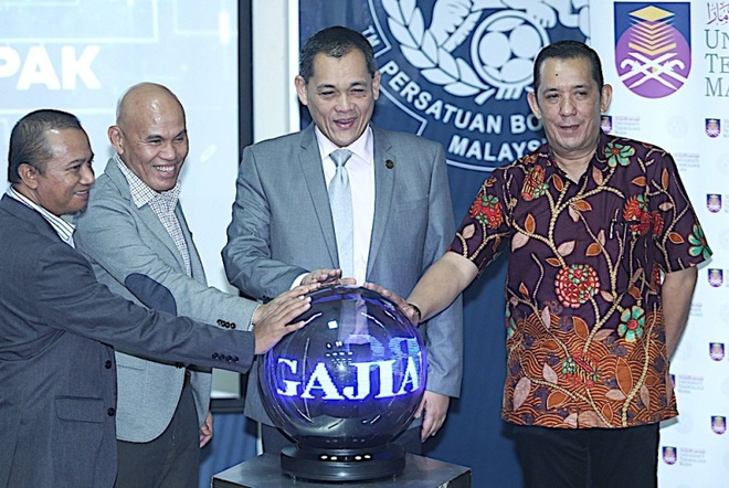 Chủ tịch FAM Hamidin (thứ hai từ phải qua) giao chỉ tiêu cho đội tuyển  Malaysia. Ảnh: Kosmo.