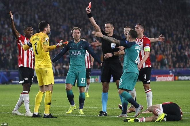 Lloris dinh the do khien Tottenham dung truoc nguy co bi loai hinh anh 1