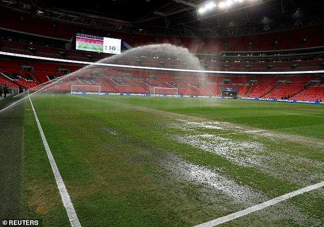 Vi sao mat san Wembley co chat luong thap o tran Spurs gap Man City? hinh anh 2