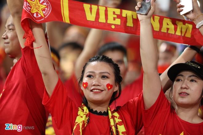 Cac CDV nu phan khich an mung chien thang cua tuyen Viet Nam hinh anh