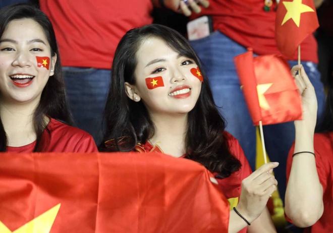 Nu CDV Viet Nam khuay dong bau khong khi ruc lua tren san Philippines hinh anh