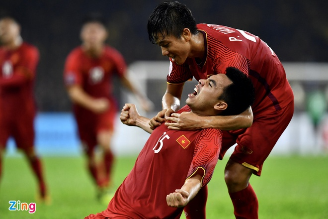Malaysia vs Viet Nam (2-2): Danh roi chien thang day tiec nuoi hinh anh 1