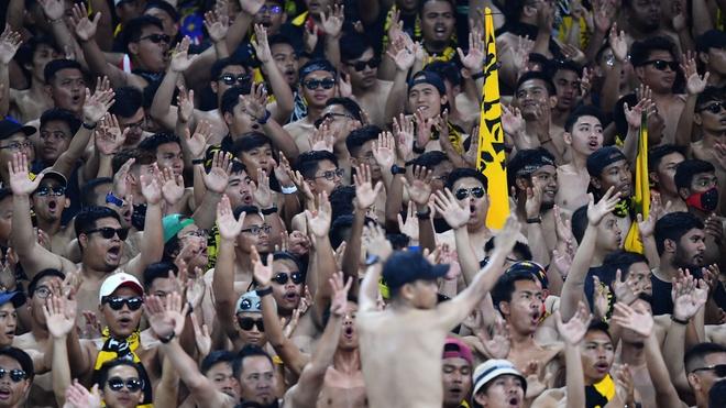 Malaysia vs Việt Nam: Cổ động viên chủ nhà cởi trần, hò hét