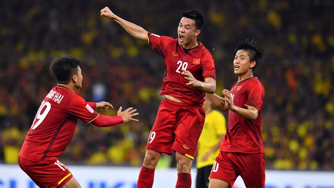 Viet Nam vs Malaysia (1-0, H1): Anh Duc volley ghi ban mo ty so hinh anh