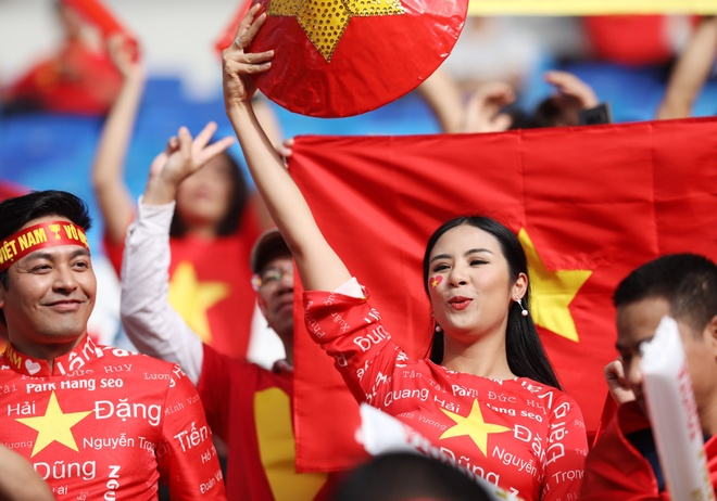 Hoa hau Ngoc Han dien ao dai doc dao co vu cho tuyen Viet Nam hinh anh