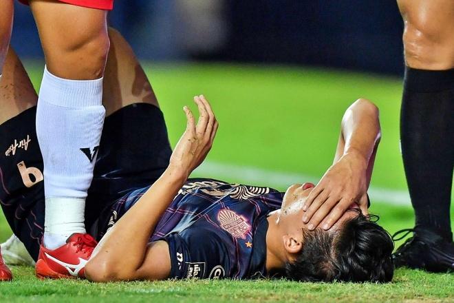 Pha va cham khien tien dao Thai Lan bi gay mui o Thai League hinh anh