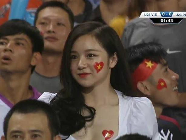 'Hot girl ngu gat' gay chu y o tran dau U23 Viet Nam - Palestine hinh anh