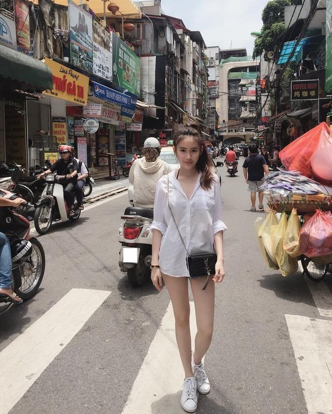 Hot girl Lao goc Viet bat ngo dang anh dao choi pho di bo Ha Noi hinh anh 5