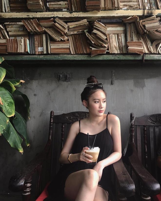 Hot girl Lao goc Viet bat ngo dang anh dao choi pho di bo Ha Noi hinh anh 7