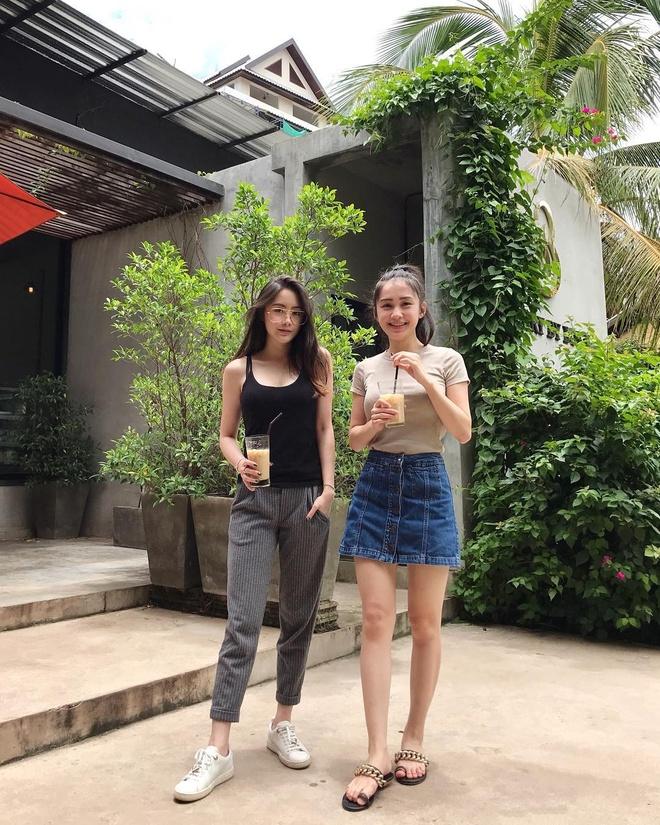 Hot girl Lao goc Viet bat ngo dang anh dao choi pho di bo Ha Noi hinh anh 11