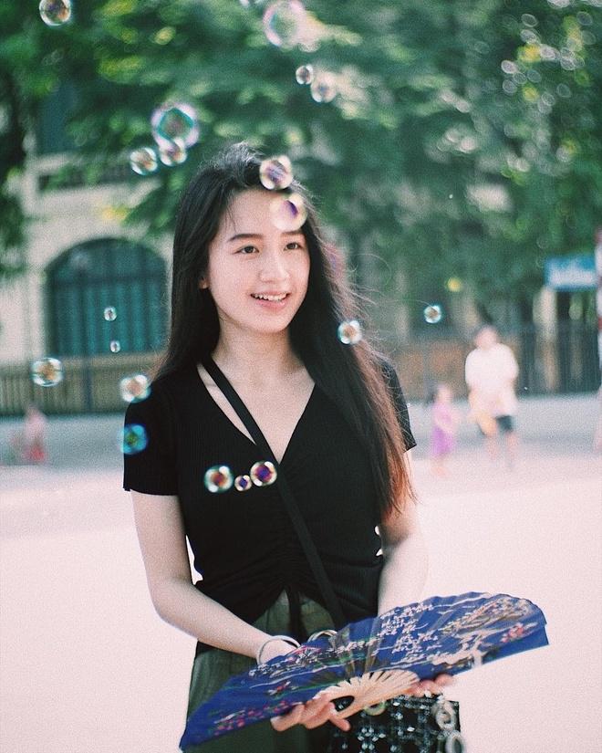 Hot girl Lao goc Viet bat ngo dang anh dao choi pho di bo Ha Noi hinh anh 1