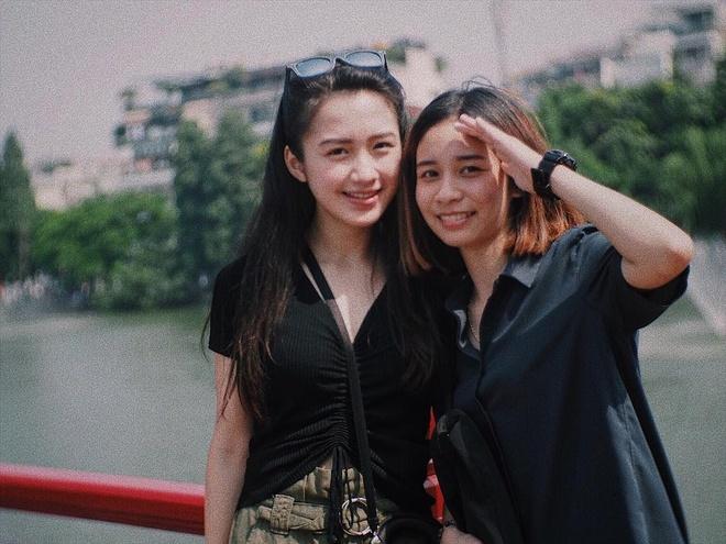 Hot girl Lao goc Viet bat ngo dang anh dao choi pho di bo Ha Noi hinh anh 2