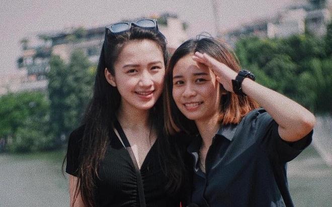 Hot girl Lao goc Viet bat ngo dang anh dao choi pho di bo Ha Noi hinh anh