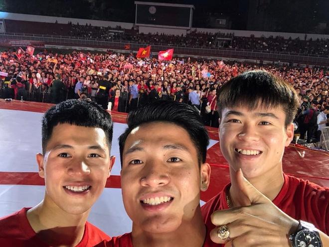 Bo ba hau ve Olympic Viet Nam 'don tim' fan voi loat anh dang yeu hinh anh 3