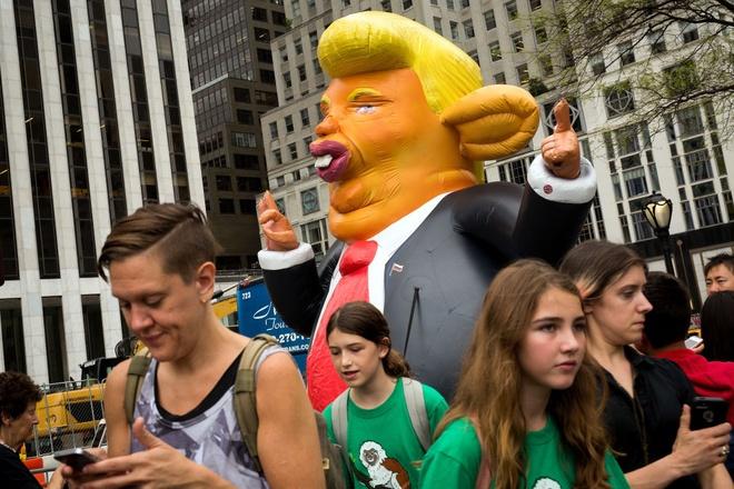 Hang tram nguoi bieu tinh truoc Thap Trump o New York hinh anh