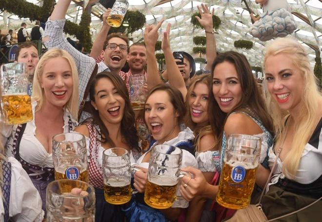 Munich tung bung trong le hoi bia Oktoberfest hinh anh