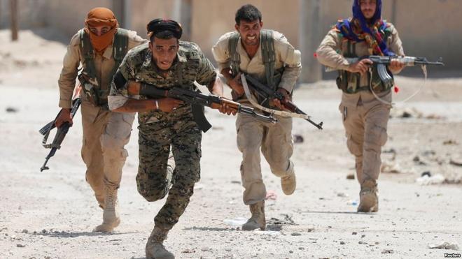 Nhung ngay cuoi giao tranh ac liet ben trong thanh tri Raqqa cua IS hinh anh