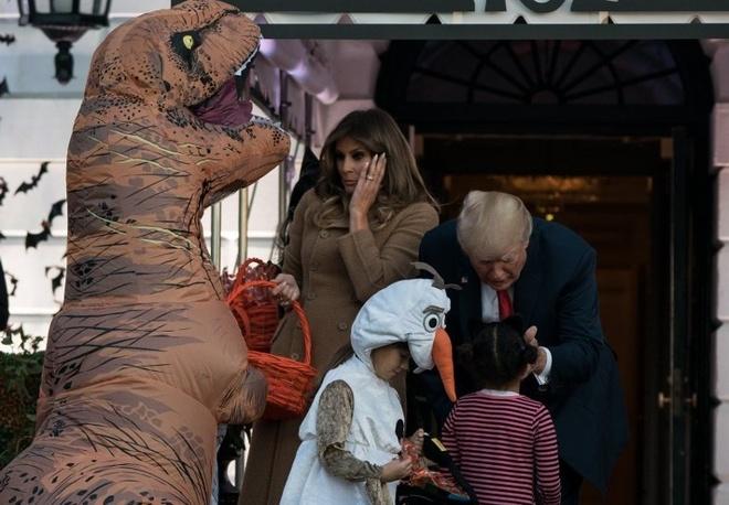 Trump phat keo cho 'khung long va Minion' truoc ngay Halloween hinh anh