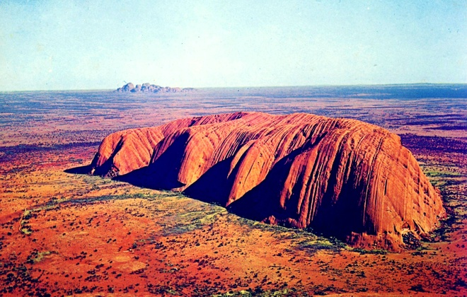 Australia sap cam du khach leo nui tai 'ky quan' giua sa mac hinh anh