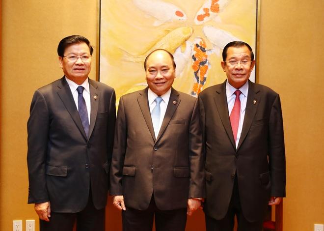 Thu tuong Viet Nam - Lao - Campuchia cung an sang va lam viec hinh anh