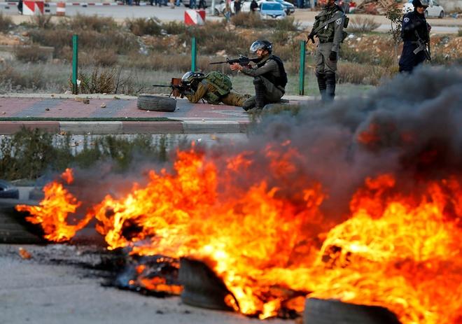 Quan doi Israel dung bom khoi va voi rong tran ap nguoi Palestine hinh anh