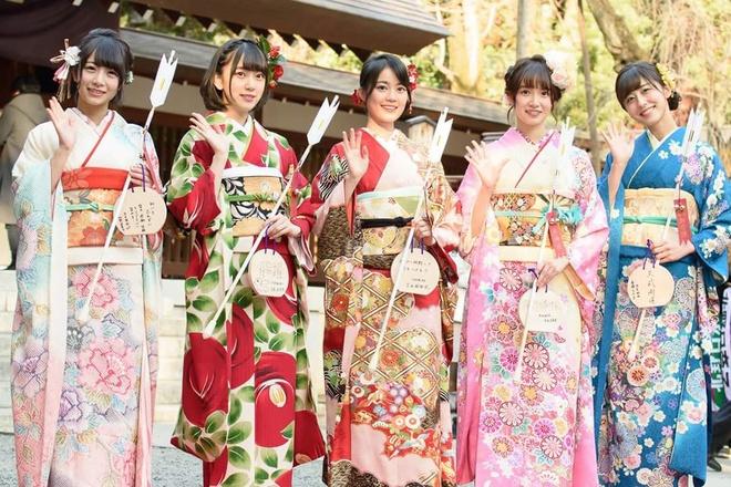 Thieu nu Nhat Ban rang ro voi Kimono trong le truong thanh hinh anh