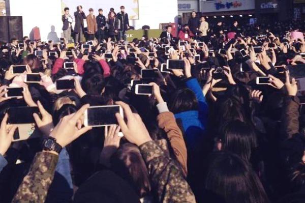 Canh sat Han choang vi 30.000 fan EXO hinh anh