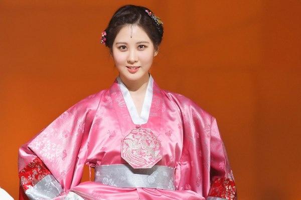 My nu Han do sac trong hanbok truyen thong hinh anh