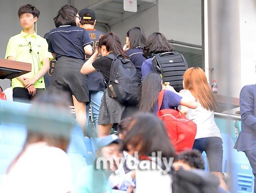 Fan cuong EXO gay nao loan san bong chay hinh anh 3