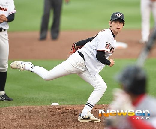 Fan cuong EXO gay nao loan san bong chay hinh anh 1