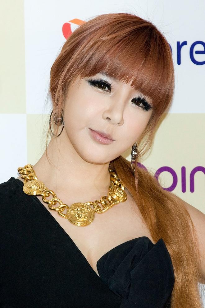 Không chỉ một lần mà nhiều lần Park Bom bị cư dân mạng cáo buộc làm đẹp nhờ phẫu thuật thẩm mỹ.