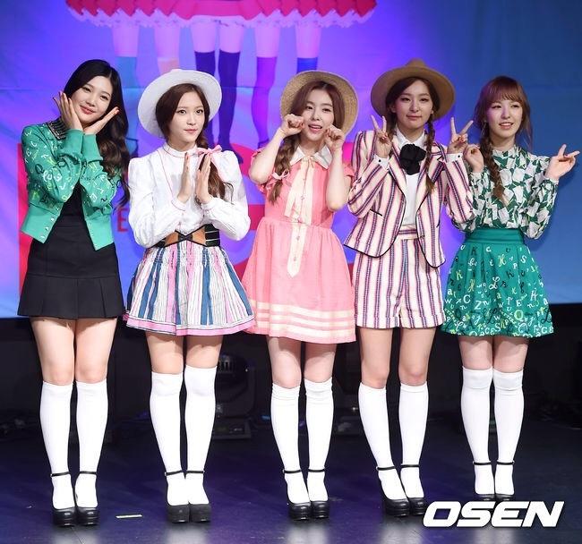 Red Velvet chat vat vi nghi an dao vay ao hinh anh 1 Red Velvet rạng rỡ trong buổi giới thiệu album. Ảnh: Osen.