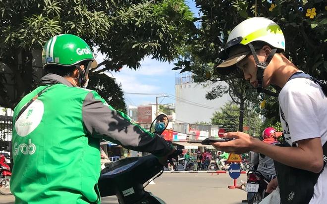 Tai xe mang ao Grab 'chat chem' khach hang Sai Gon sau Tet hinh anh